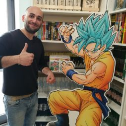 Cartonato di Dragon Ball con Goku Super Saiyan God in fumetteria