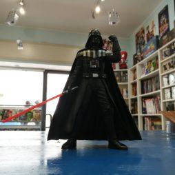 Statua di Darth Vader in fumetteria